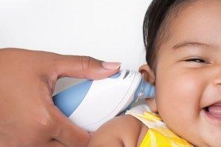 Termómetro de ouvido no bebê