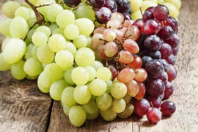 Benefícios da uva roxa e verde para a saúde (com receitas saudáveis)