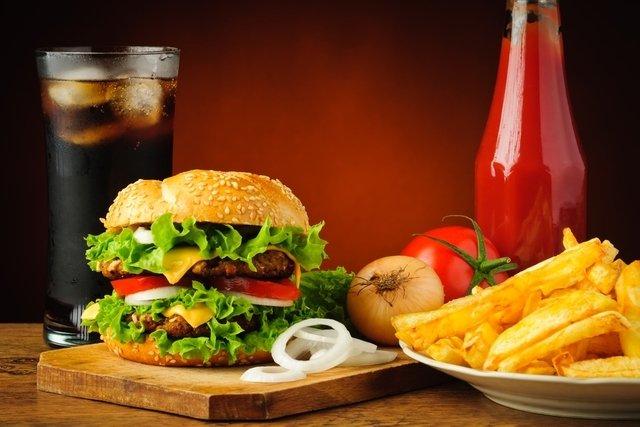 O que acontece com seu corpo após comer fast food