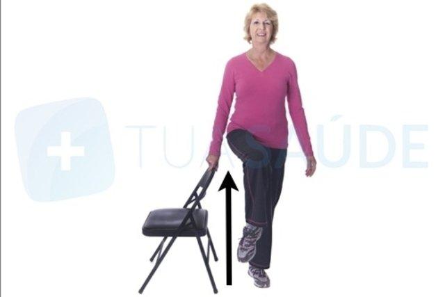 5 exercícios para idosos fazerem em casa