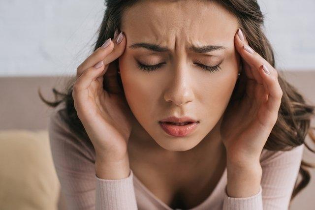 Dor em cima da cabeça: principais causas e o que fazer
