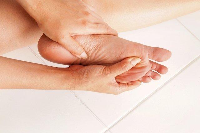 Qué puede causar dolor en la planta del pie y qué hacer