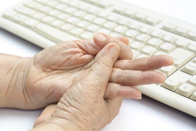O que é o dedo em gatilho e como tratar