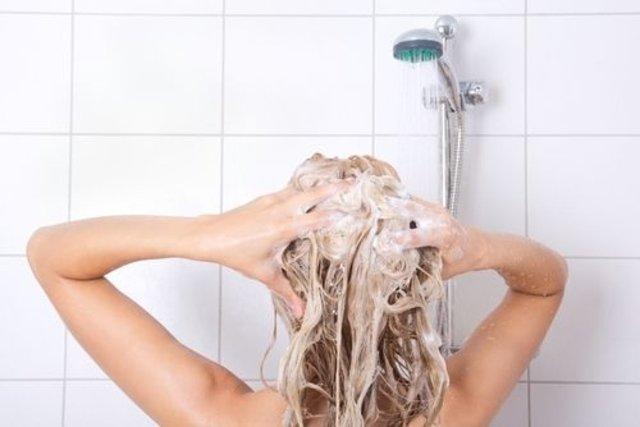 Faz mal lavar os cabelos a noite?