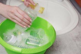 Como limpar a mamadeira para tirar o mau cheiro e o amarelado