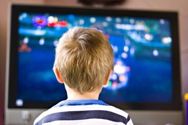 Ver televisão de perto faz mal aos olhos?