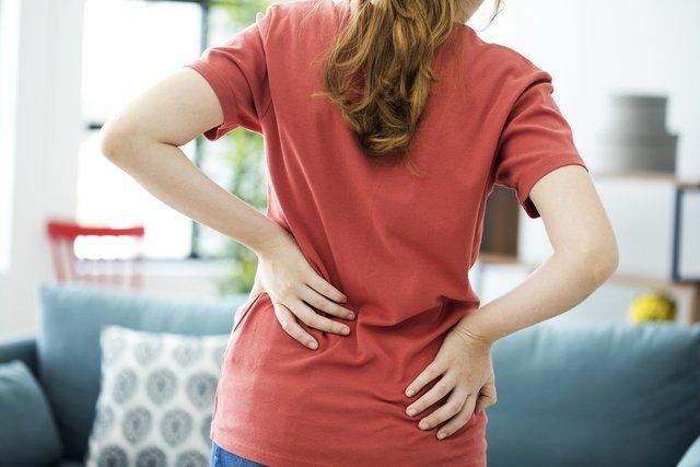 Dor na coluna lombar: 6 causas e o que fazer