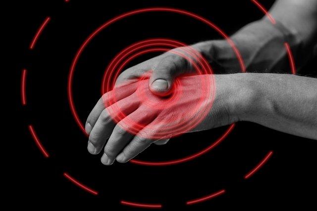 Dor nas mãos: o que pode ser, o que fazer e quando ir ao médico