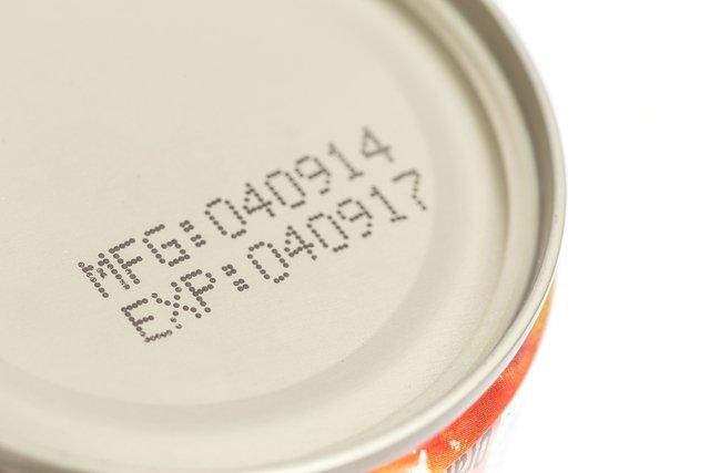 Comer alimentos fora do prazo de validade faz mal?