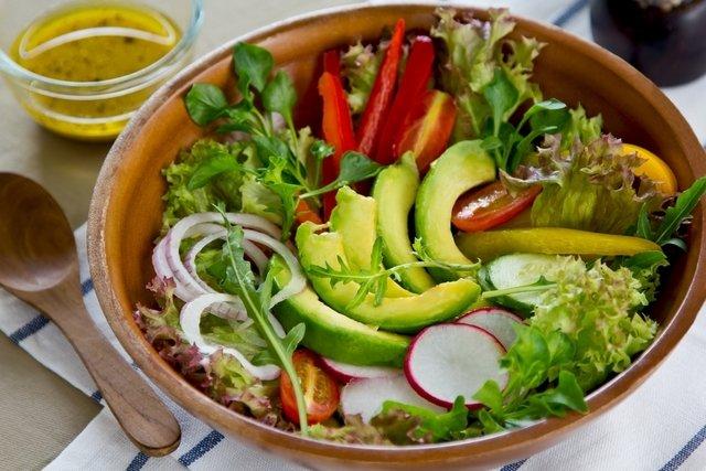 7 benefícios do abacate para a saúde (com receitas)