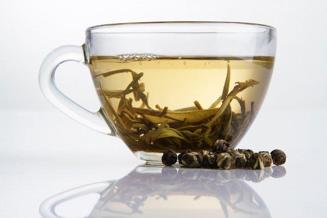 Como usar o chá branco para aumentar o metabolismo e queimar gordura