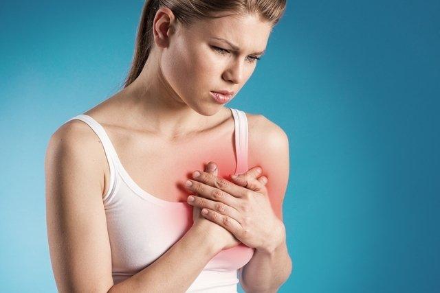 Sintomas de infarto na mulher e o que fazer