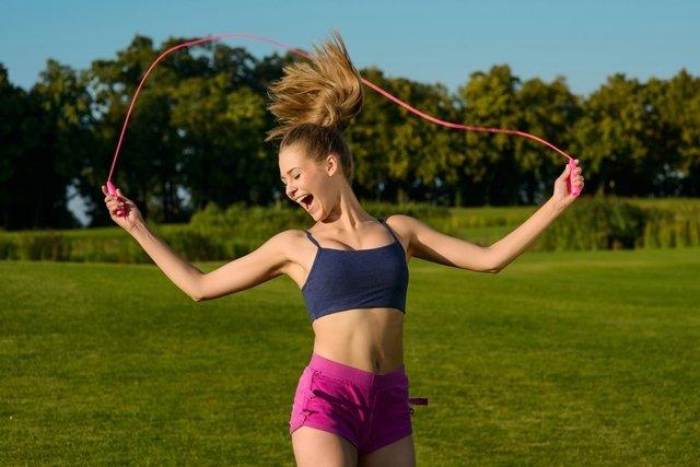 Pular corda emagrece e tonifica o bumbum e as pernas