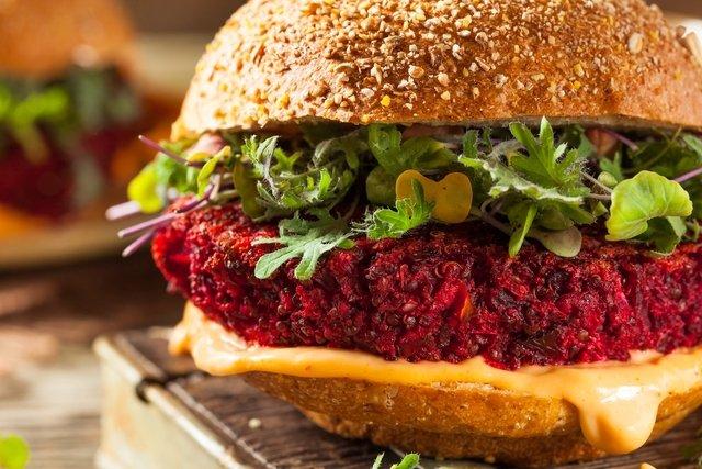 Hambúrguer vegano de feijão com beterraba