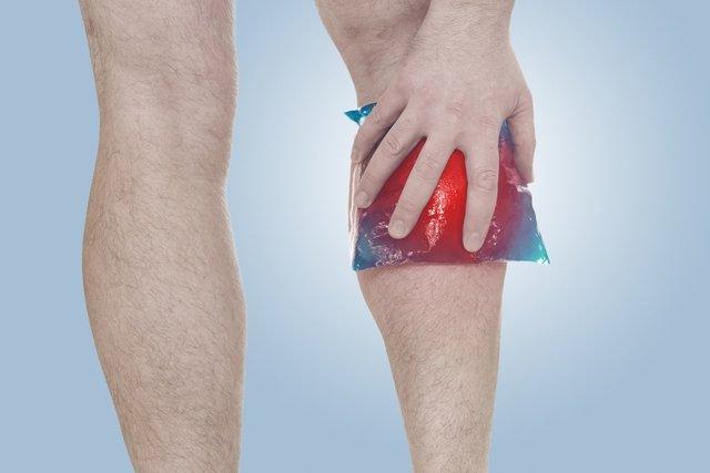 Atrás joelho dor do inchaço na panturrilha com