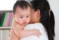 Colocar o bebê para arrotar