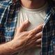 Dor no bico da mama: o que pode ser e o que fazer