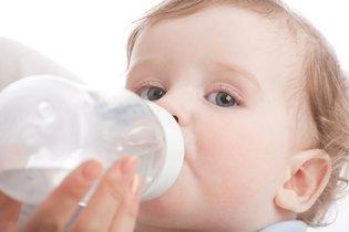 Reidratar o bebê ou a criança com leite ou água