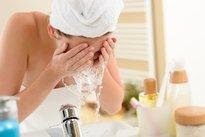 Lavar o rosto com água gelada