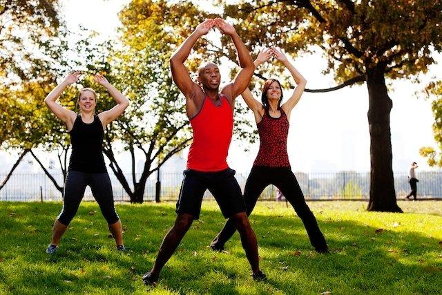 5 exercícios de crossfit para fazer em casa (com plano de treino)