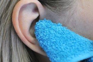 Secar la oreja con una toalla