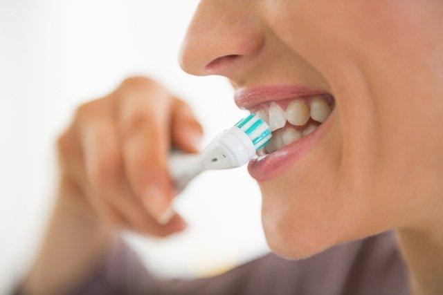 Passar o fio dental e escovar os dentes