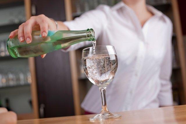 Tomar líquidos durante as refeições faz mal?
