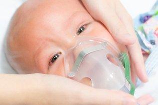 Bebê com máscara de oxigênio