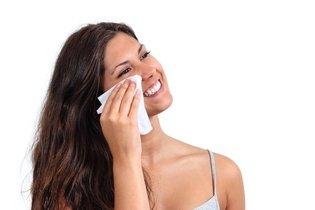 Passar um lenço de limpeza demaquilante em todo o rosto