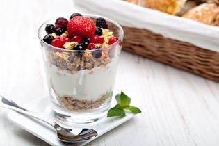 Granola com iogurte e fruta