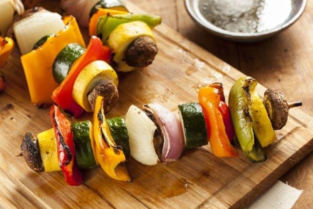 Optar por espetinhos de legumes