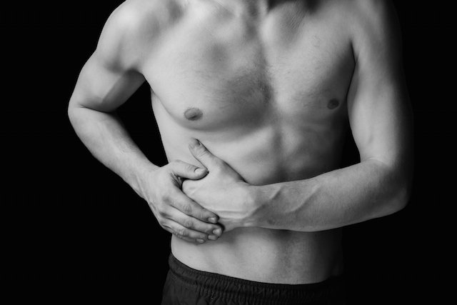 Lado el derecho en hinchado abdomen